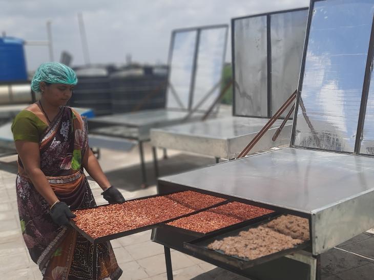डॉ. मिनल ने अपने जिले की स्थानीय महिलाओं को ट्रेनिंग दी। ये महिलाएं अब खुद ही कुकीज तैयार करती हैं।