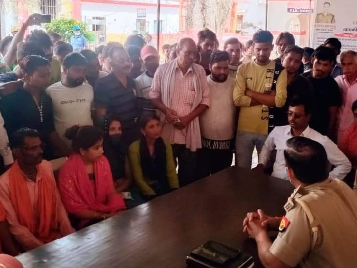 गुरुवार सुबह कार्यकर्ता कोतवाली पर पहुंचे और नारेबाजी करने लगे। - Dainik Bhaskar