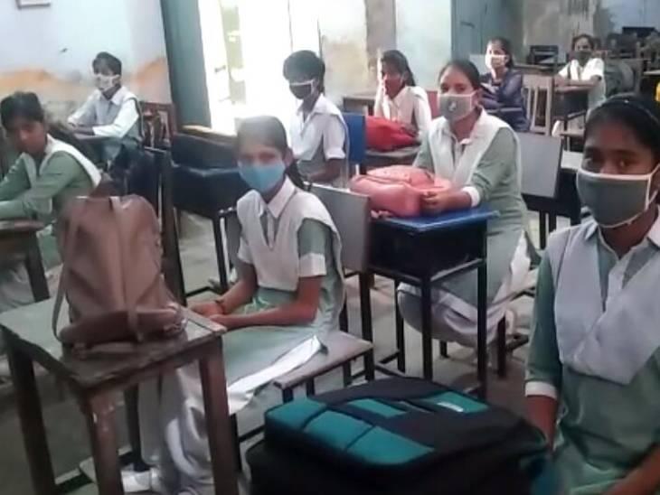 शामली में पेरेंट्स नहीं भेज रहे बच्चों को स्कूल, 30 प्रतिशत के करीब बच्चे पहुंच रहे स्टूडेंट, टीचर्स कर रहे अवेयर|शामली,Shamli - Dainik Bhaskar