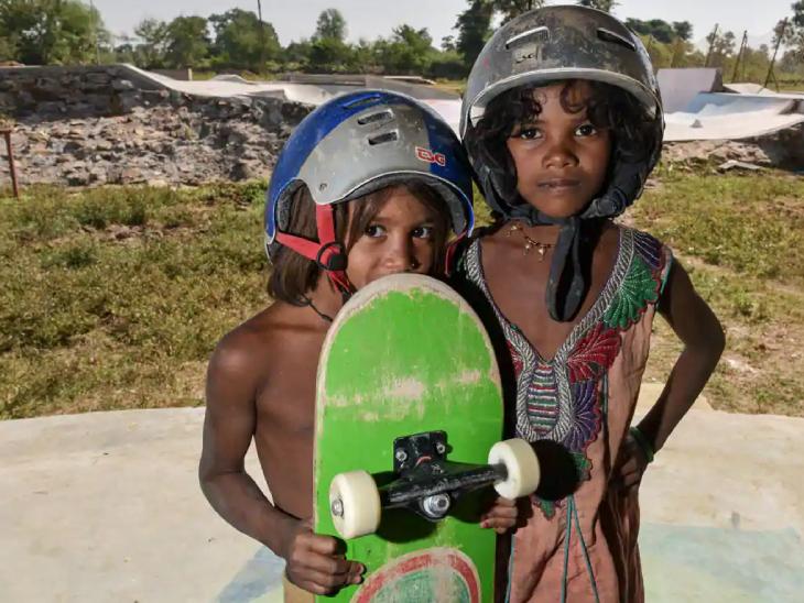 अब गांव के छोटे-छोटे बच्चे स्केटिंग सीख रहे हैं। इसी वजह से वे पढ़ने के लिए स्कूल भी जाते हैं। फोटो- गौरव संजय प्रभु