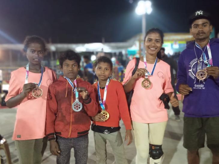 जनवार के बच्चे अब नेशनल और इंटरनेशनल लेवल पर स्केटिंग में पार्टिसिपेट करते हैं। कई बच्चों ने अवॉर्ड भी जीते हैं। फोटो- बेयरफुट स्केट बोर्ड ऑर्गेनाइजेशन