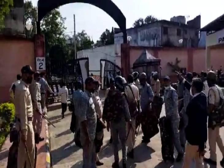 कोर्ट में बदमाश के समर्थकों के हंगामे के बाद पहुंची पुलिस।