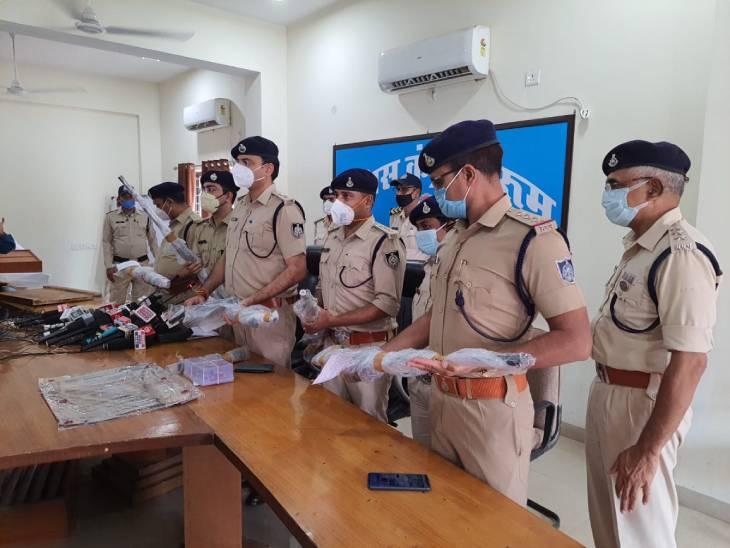 गैंगस्टर अब्दुल रज्जाक के घर छिपे भतीजे को दबोचने पहुंची थी पुलिस; 5 राइफल,10 कारतूस और 15 चाकू मिले, रासुका भी लगाई|जबलपुर,Jabalpur - Dainik Bhaskar