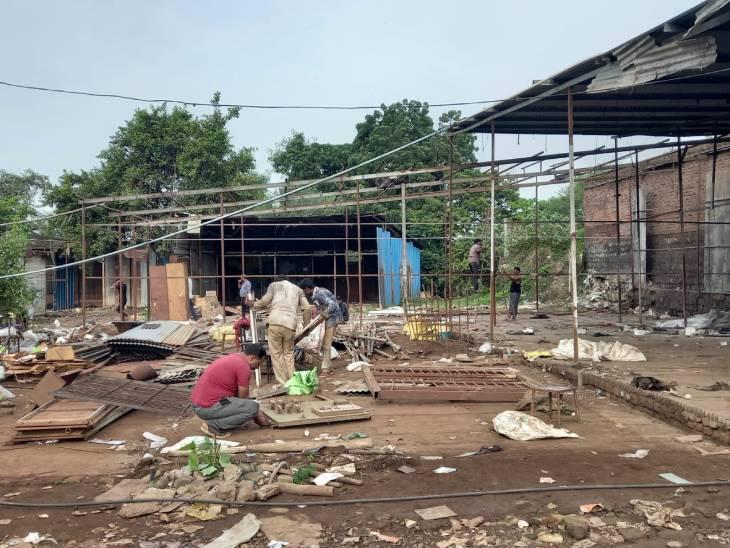 प्रशासन ने शुक्रवार सुबह पहुंचकर अतिक्रमण हटाने की कार्रवाई की। - Dainik Bhaskar
