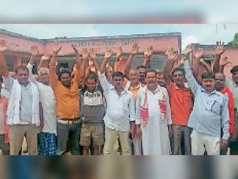 देवरिया में स्कूल प्रबंधन समिति के गठन में अनियमितता को ले ग्रामीणों का प्रदर्शन|सीवान,Siwan - Dainik Bhaskar