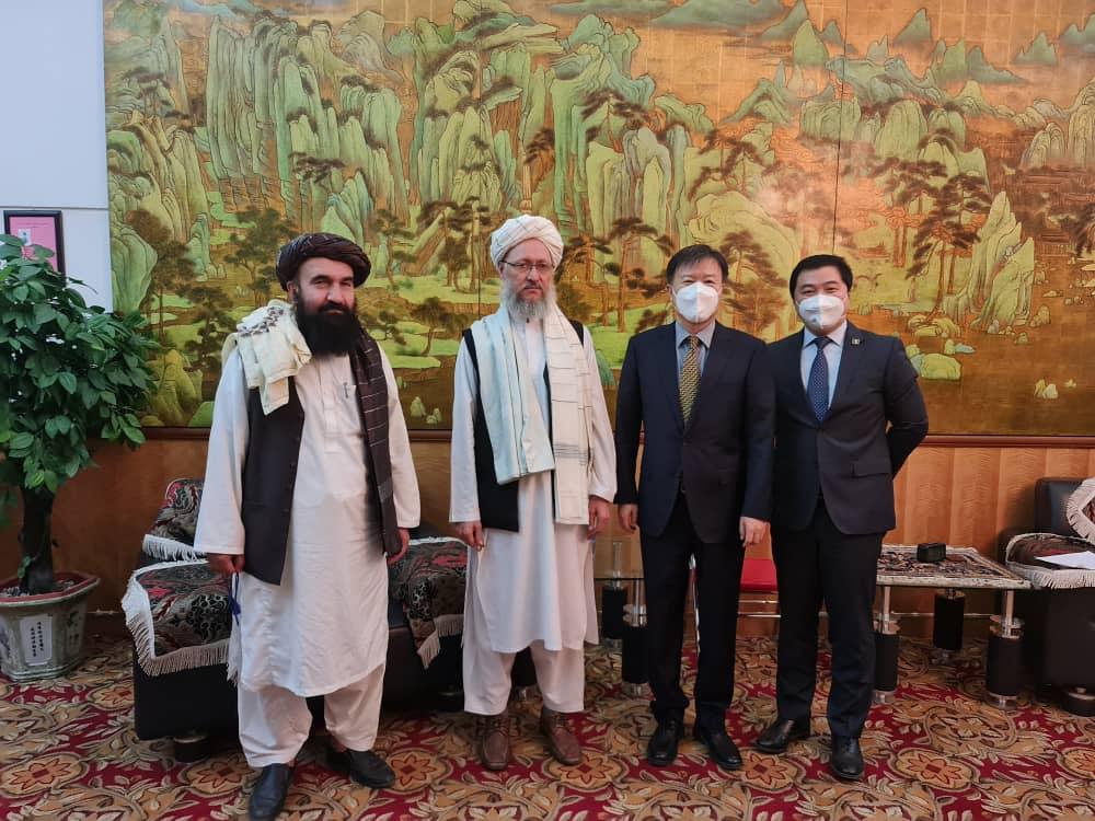 इस्लामिक अमीरात ऑफ अफगानिस्तान के पॉलिटिकल ऑफिस के प्रवक्ता डॉ. एम नईम ने 28 अगस्त को यह तस्वीर सोशल मीडिया पर पोस्ट की। चीनी राजदूत ने हाल ही में काबुल में तालिबान के टॉप लीडर से मुलाकात की। वे दुनिया के ऐसे पहले राजदूत हैं जिसने तालिबान से डिप्लोमैटिक रिश्तों की शुरुआत की है।