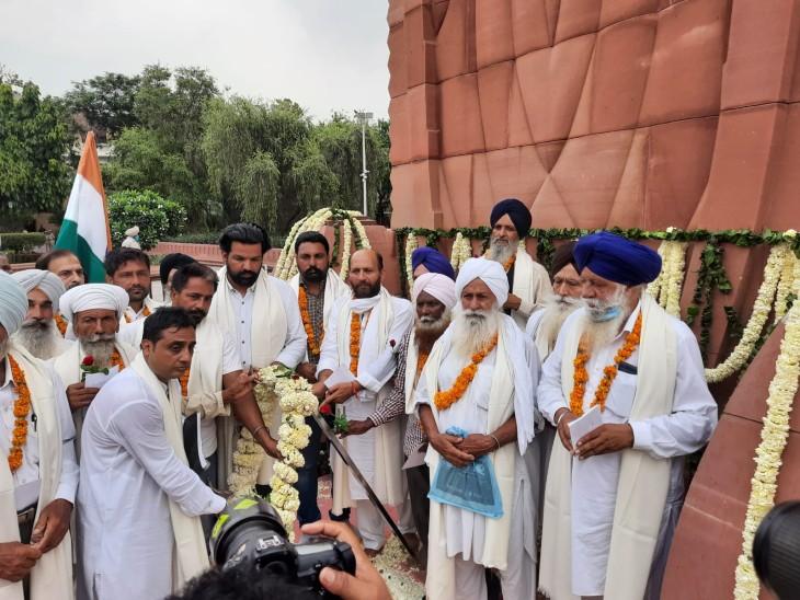 शहीद स्मारक पर श्रद्धांजलि अर्पित करते शहीदों के परिवार।
