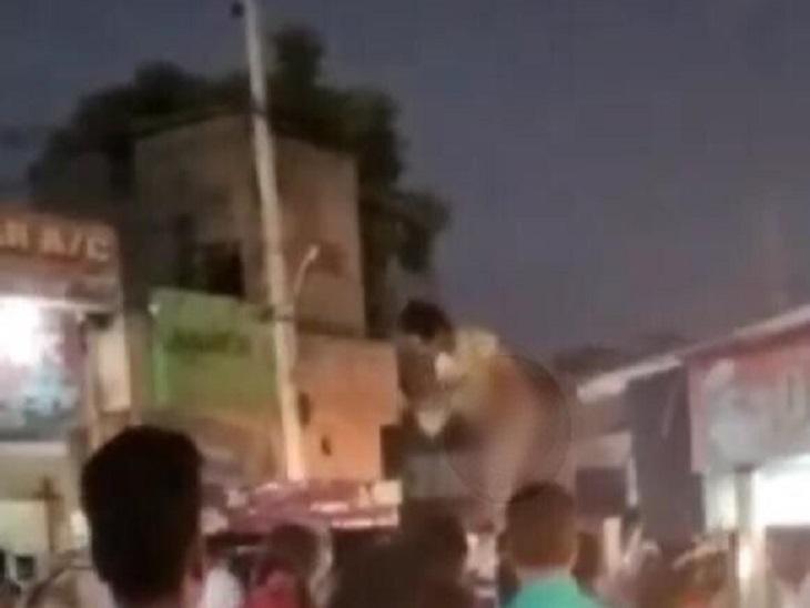 स्कूटी से कार टकराने पर किन्नर ने साथियों के साथ मिलकर बुजुर्गसे की मारपीट, कपड़े उतार गाड़ी की छत पर चढ़कर किया हंगामा|पानीपत,Panipat - Dainik Bhaskar