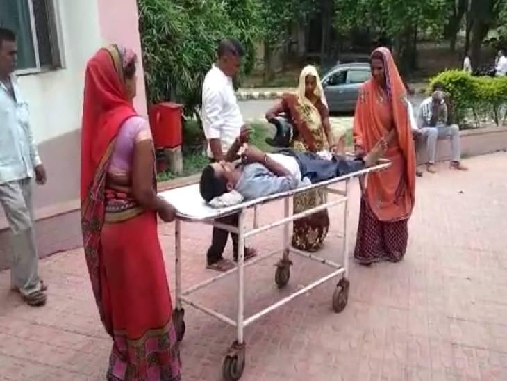 घायल पति को पत्नी व सास लेकर पहुंची थी मेडिकल कॉलेज, नहीं मिला वार्ड बॉय तो खुद स्ट्रेचर लेकर पहुंची एक्स-रे रूम|कन्नौज,Kannauj - Dainik Bhaskar