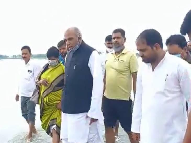 बाढ़ प्रभावित क्षेत्रों में पहुंचकर जाना लोगों का हाल, पीड़ितों को बांटी राशन सामग्री; कहा- मुख्यमंत्री योगी लोगों के आंसू पोछ रहे है सिद्धार्थनगर,Siddharthnagar - Dainik Bhaskar