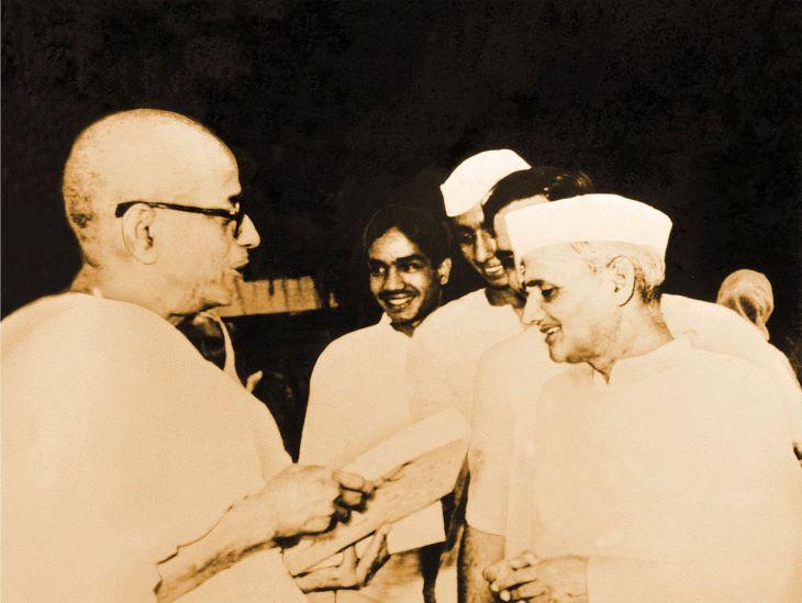भारत के पूर्व प्रधानमंत्री लालबहादुर शास्त्री के साथ श्रील् प्रभुपाद। भारत सरकार ने उनके अध्यात्म की दिशा में किए गए कामों को काफी सराहा।