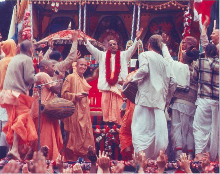 हरे कृष्णा संकीर्तन में विदेशी भक्तों के साथ श्रील् प्रभुपाद।
