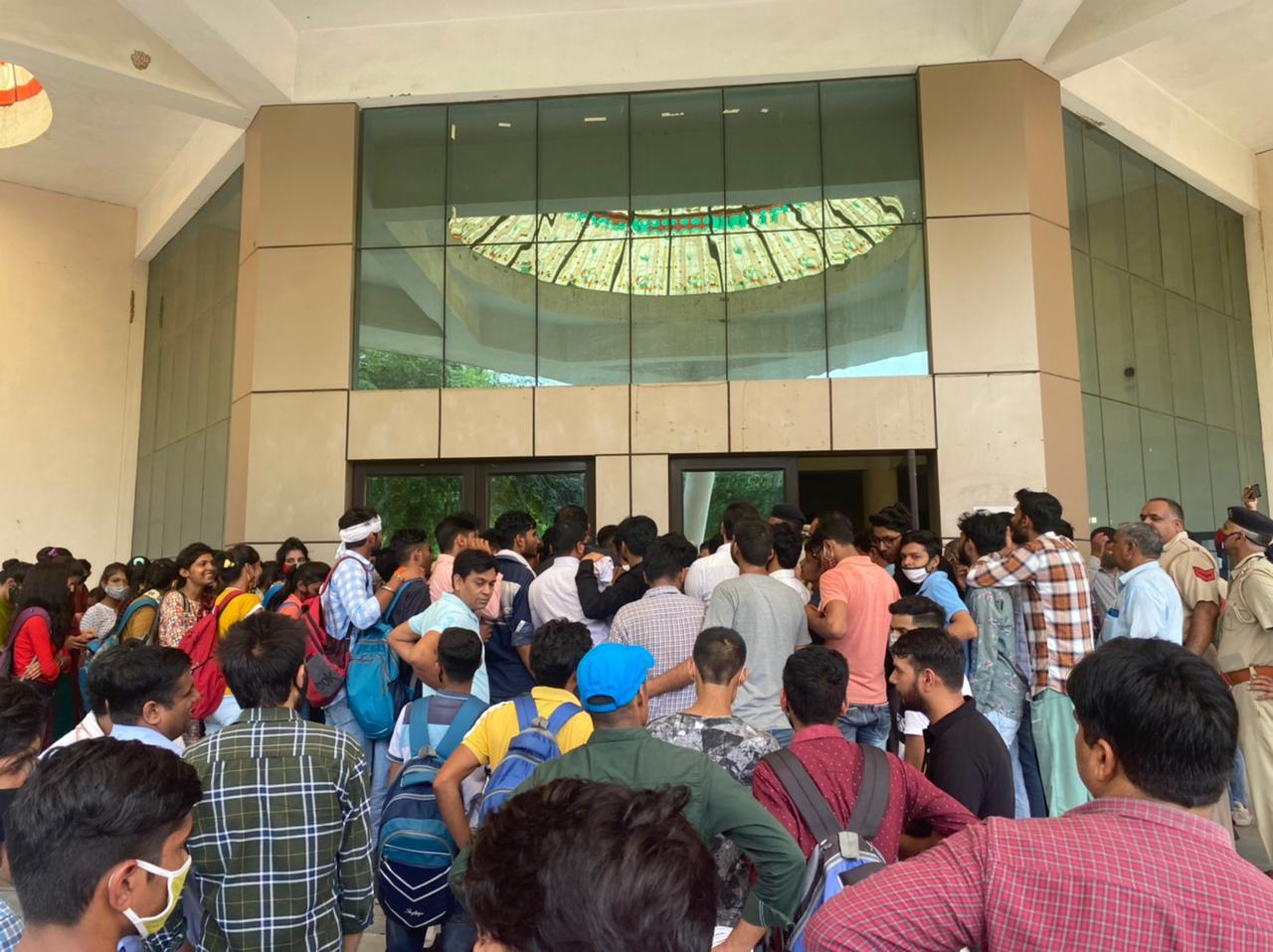 प्रोटेस्ट कर रहे विद्यार्थियों के साथ महिला पुलिसकर्मी की झड़प, छात्रा को जड़ा थप्पड़; डीसी ऑफिस मे धरना देंगे ABVP कार्यकर्ता|रेवाड़ी,Rewari - Dainik Bhaskar