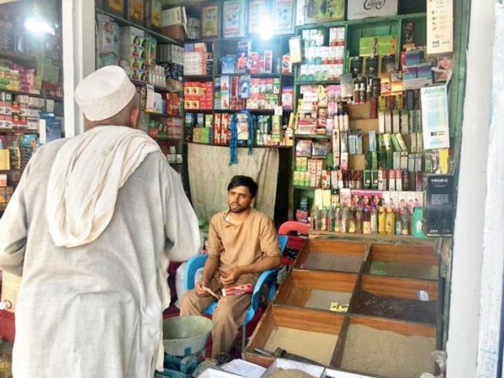 यह दुकान गुरुद्वारे के ठीक सामने है। इसके मालिक 14 अगस्त की रात को ही चले गए थे। अब इसे अफगानी मुस्लिम युवक चला रहा है। - Dainik Bhaskar