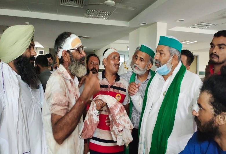घायल किसानों से बातचीत करते हुए किसान नेता राकेश टिकैत। - Dainik Bhaskar
