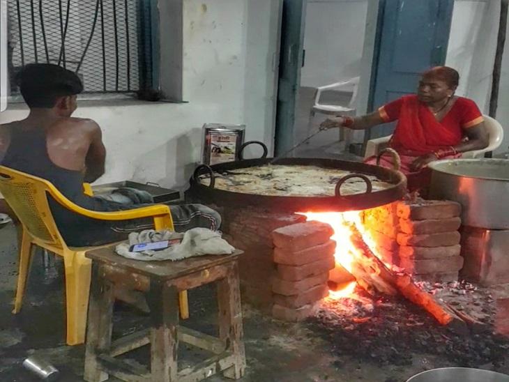 रायपुर में कृष्ण जन्माष्टमी के अनोखे रंग, 200 सालों से चली आ रही है भगवान कृष्ण के लिए पकवान बनाने की ये परंपरा रायपुर,Raipur - Dainik Bhaskar