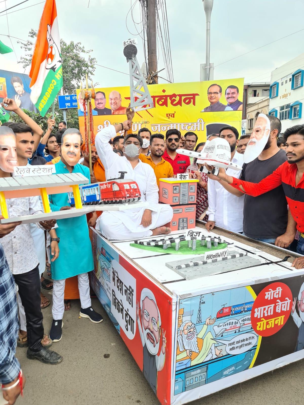 सरकारी उपक्रमों को बेचने के खिलाफ ठेले पर रेल, भेल, टेलीकॉम जैसी कंपनियों के मॉडल लेकर उतरे भोपाल,Bhopal - Dainik Bhaskar