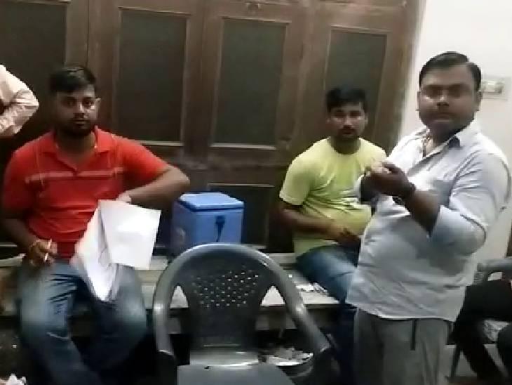 बाराबंकी में पूर्व ब्लॉक प्रमुख प्रत्याशी के घर पर रात को लगाई जा रही थी कोवैक्सिन, सवाल पूछने वाले मीडियाकर्मियों को जिंदा जलाने की कोशिश|बाराबंकी,Barabanki - Dainik Bhaskar