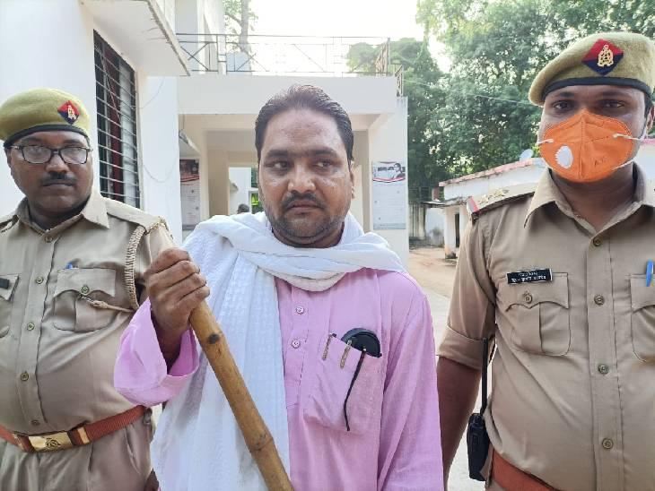 पीडब्लूडी में क्लर्क के पद पर तैनात है आरोपी, पोस्ट पढ़ने के बाद लोग कर रहे थे कार्रवाई की मांग बांदा,Banda - Dainik Bhaskar