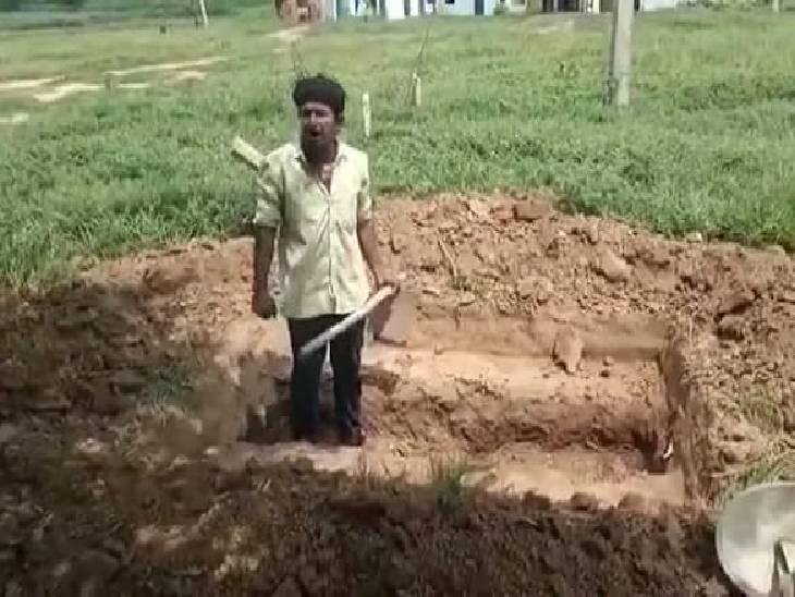 कानपुर देहात में बीच रास्ते में कब्जे की शिकायत पर कार्रवाई नहीं हुई, खुद की कब्र खोदकर जिंदा दफन करने जा रहा था युवक, पकड़ा गया कानपुर देहात,Kanpur Dehat - Dainik Bhaskar