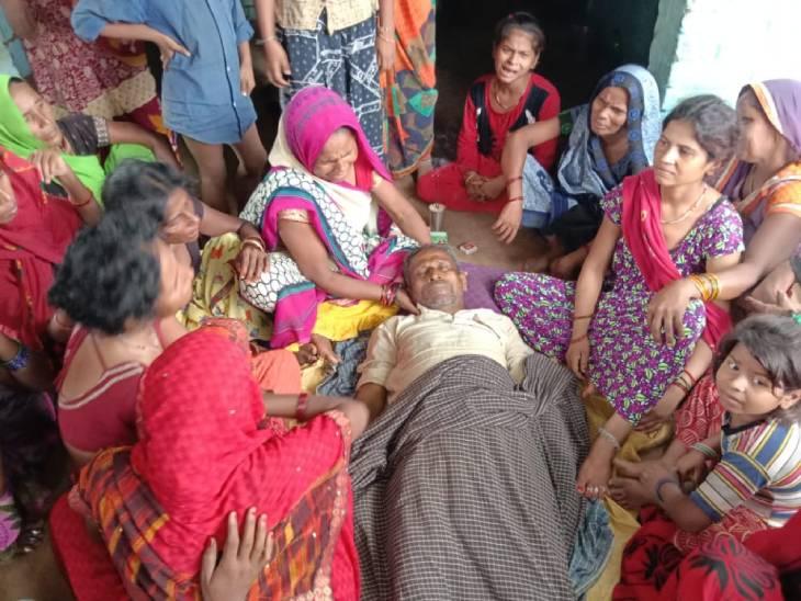 खेत में काम कर रहा था किसान, वहीं घूम रहे आवारा सांड ने कर दिया हमला, कई बार पटका, मौत|कन्नौज,Kannauj - Dainik Bhaskar
