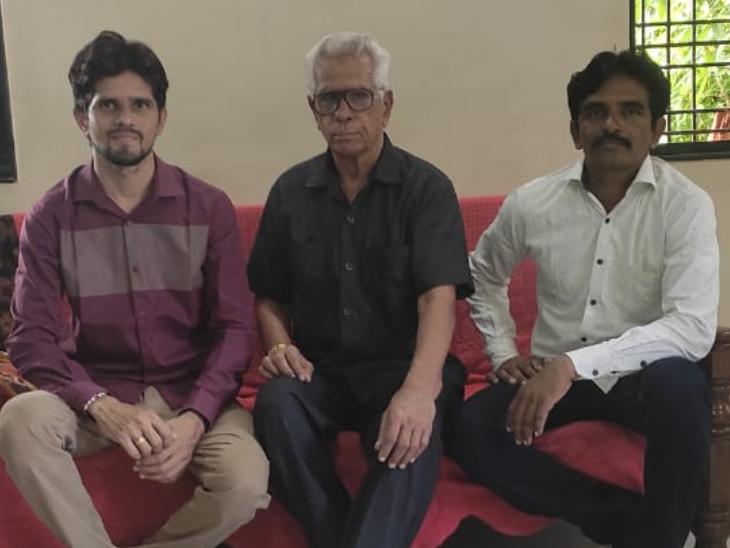75 साल के सुभाष महाराष्ट्र के जलगांव जिले के रहने वाले हैं। अब उनके काम में उनके दोनों बेटे हाथ बंटाते हैं।