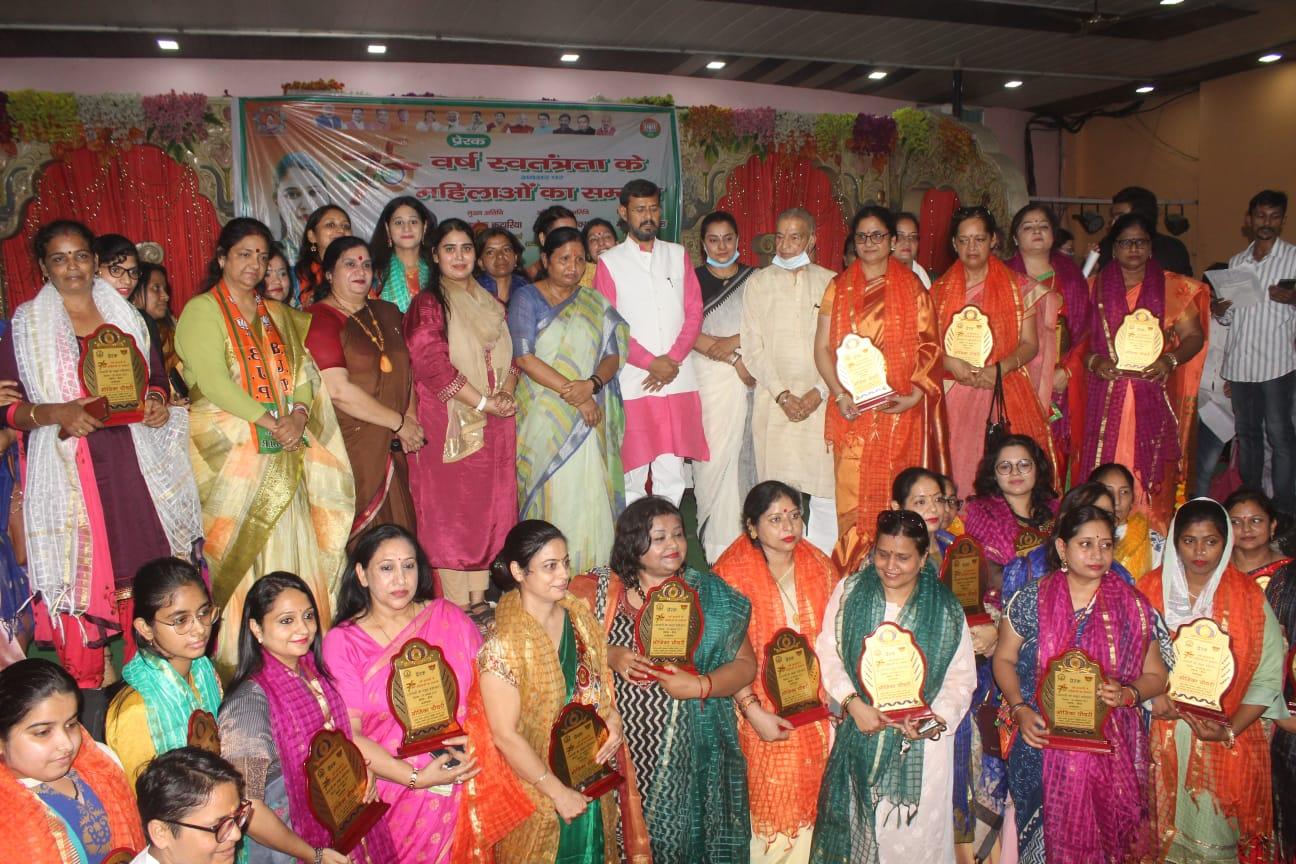 मेरठ में महिला सम्मान समारोह में प्रदेश के परिवहन, संसदीय कार्य मंत्री अशोक कटारिया ने विपक्ष पर साधा निशाना, 75 महिलाओं को किया सम्मानित मेरठ,Meerut - Dainik Bhaskar