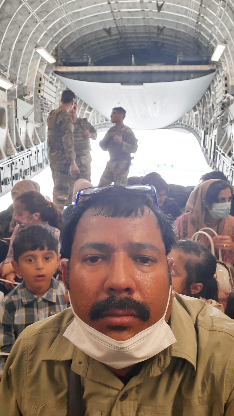 अमेरिका की फ्लाइट से 32 अन्य भारतीयों के साथ कतर एयरपोर्ट पहुंचे योगेश सैन।