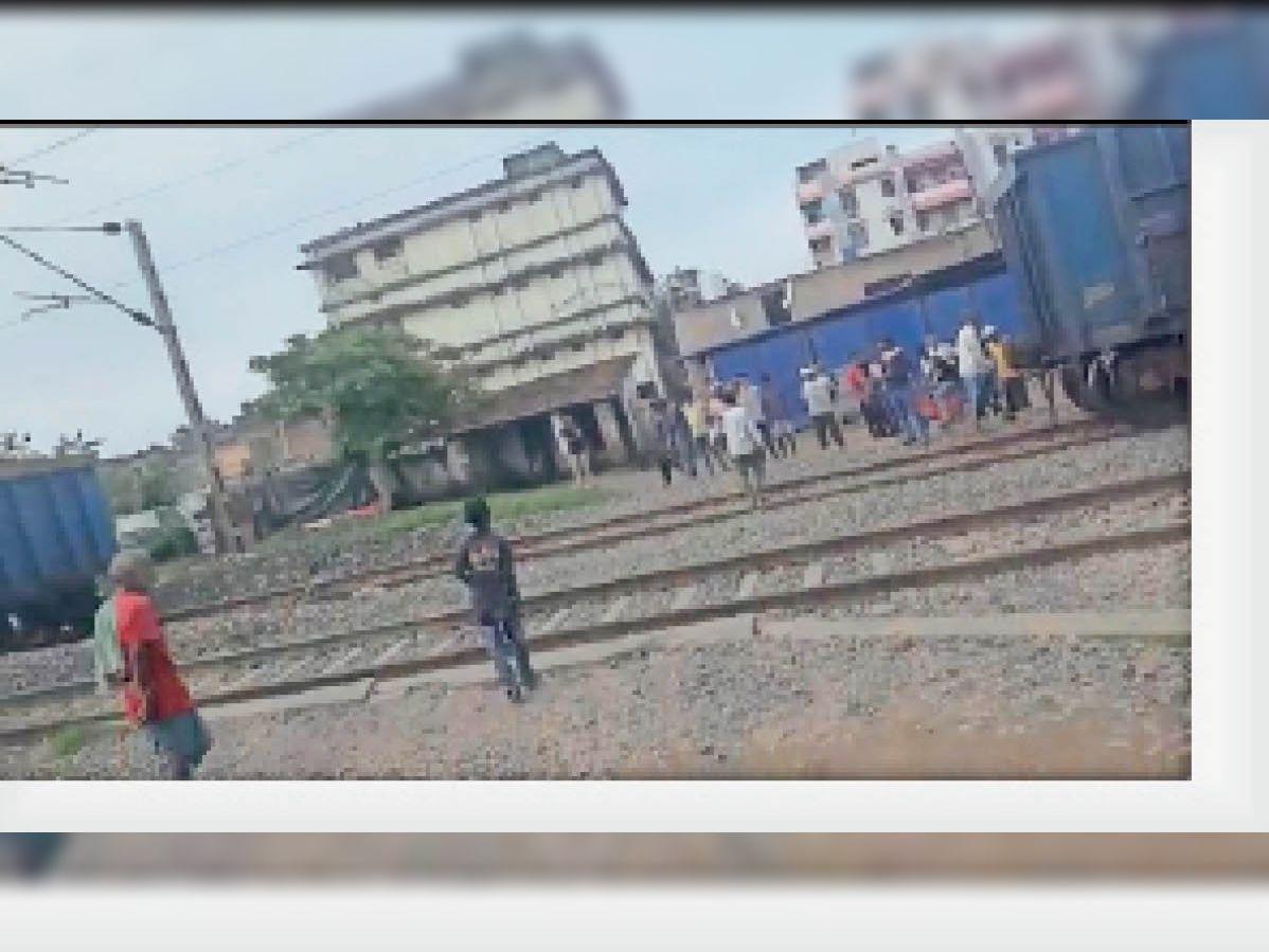आसनसाेल से भाेपाल जा रही मालगाड़ी भूली में दाे हिस्सों में बंटी, रेल परिचालन रहा बाधित|धनबाद,Dhanbad - Dainik Bhaskar