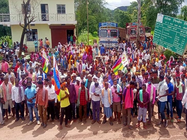 कोरबा में कटघोरा में सड़क पर खड़े आदिवासी समाज के लोग।