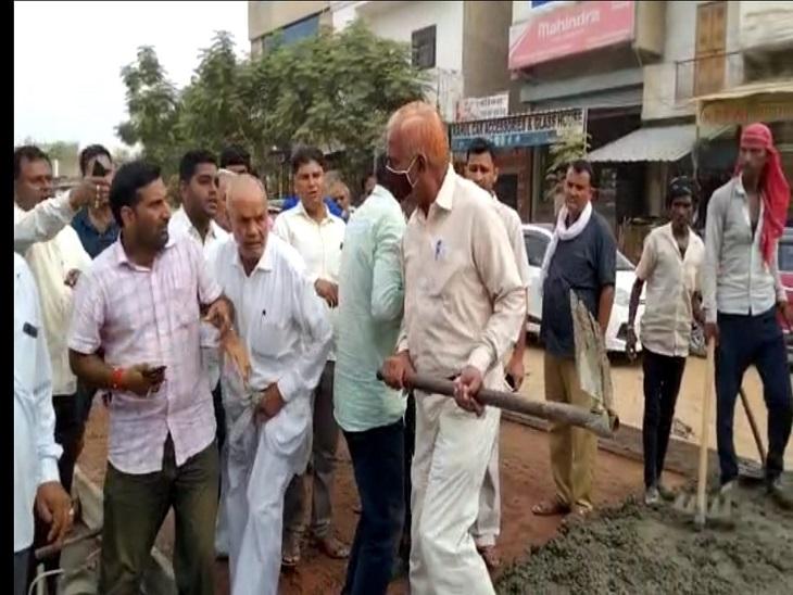 सड़क निर्माणा का विरोध कर रहे लोगों ने एईएन और सड़क ठेकेदार की मिलीभगत का लगाया आरोप|झुंझुनूं,Jhunjhunu - Dainik Bhaskar