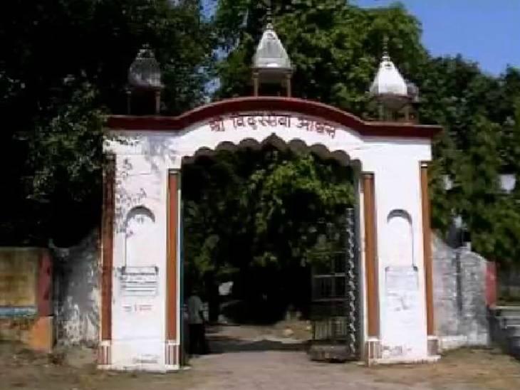 विदुर कुटी से गंगा की धारा लगभग एक किलोमीटर दूर बह रही है लेकिन वर्ष में एक बार विदुर की तपोस्थली को स्पर्श करने के लिए गंगा एक बार यहां अवश्य आती है।