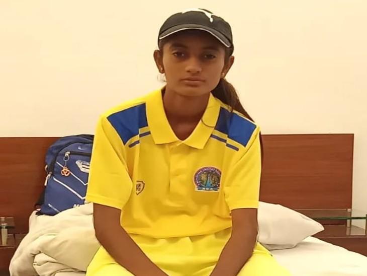 अनीसा 4 साल तक गांव के खेत में क्रिकेट की प्रैक्टिस करती रहीं।