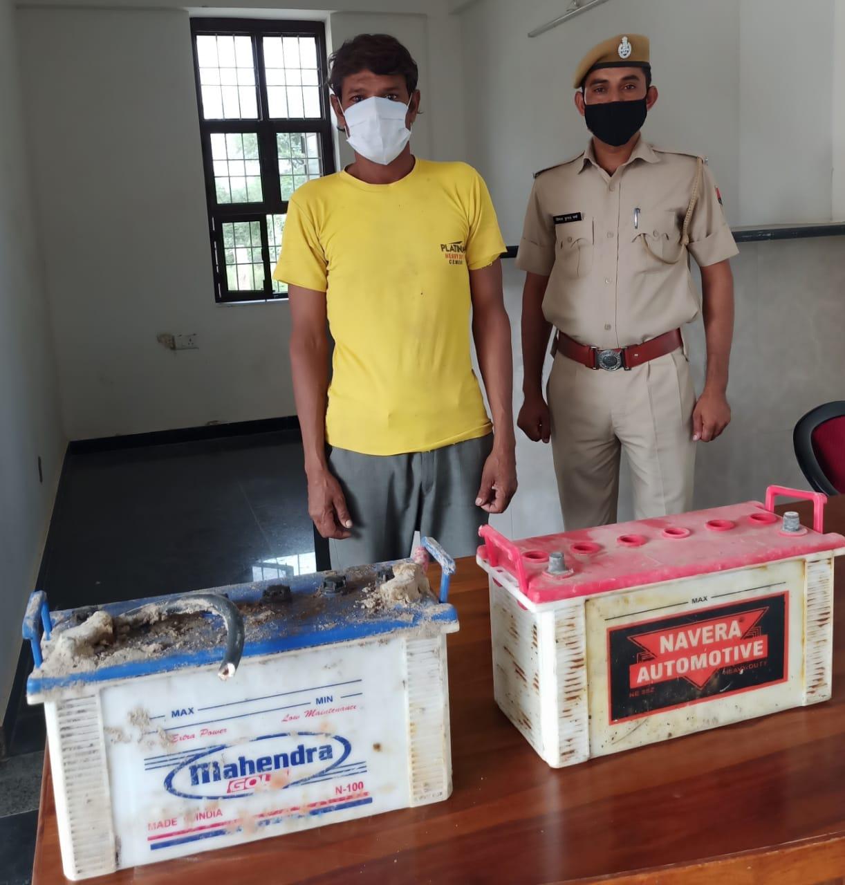 पुलिस गिरफ्त में बैटरी चोर व बरामद की गई बैटरी।
