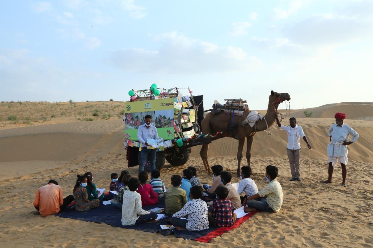 रेत के टीलों पर बच्चों की इस तरह से लगाई जा रही है क्लास।