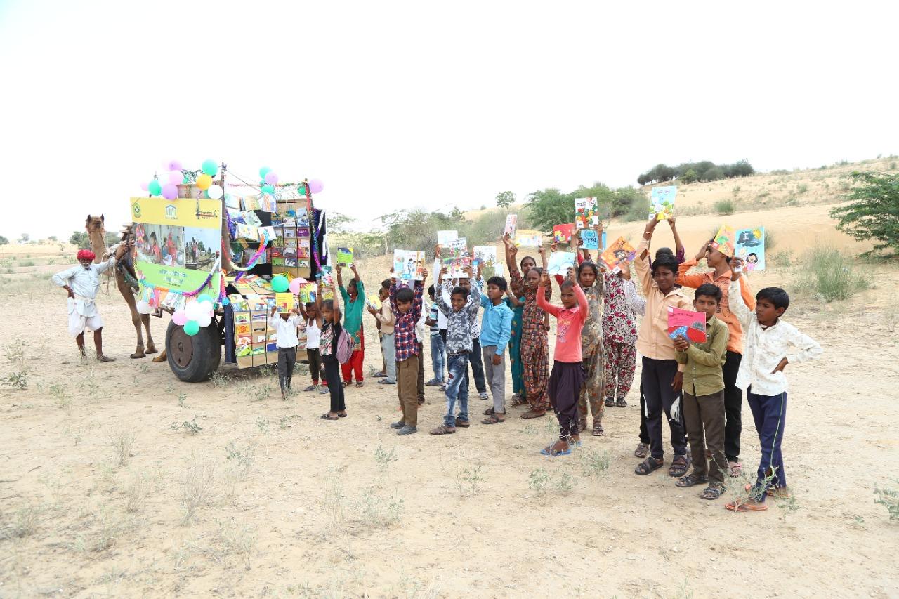 कोरोना में स्कूल छूटा तो रेत के धोरों पर लगाई बच्चों की क्लास, टीचर सुना रहे हैं कहानियां जोधपुर,Jodhpur - Dainik Bhaskar