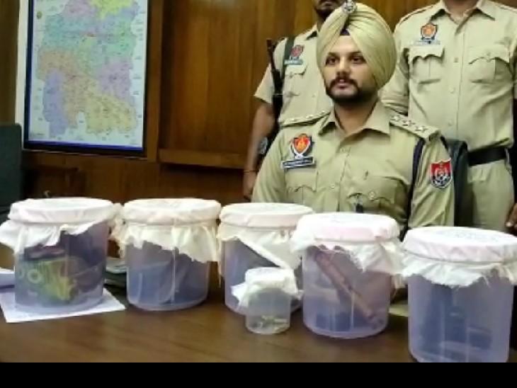 गिरफ्तारी और बरामदगी के बारे में जानकारी देते पुलिस अधिकारी।