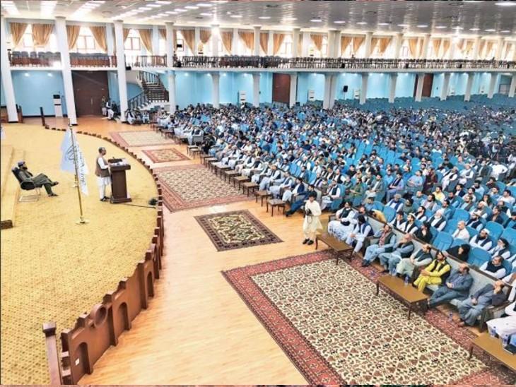 बैठक में हक्कानी ने कहा कि लड़कियों को पढ़ने की इजाजत होगी, लेकिन क्लासरूम अलग होंगे। - Dainik Bhaskar
