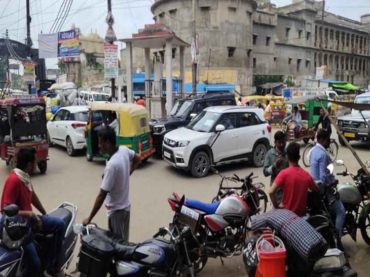 सामने घाट पुल पर पहुंचा नगर निगम का ट्रक, 2 KM तक वाहनों की कतार; 7 तस्वीरों में देखें कैसे परेशान हुए लोग वाराणसी,Varanasi - Dainik Bhaskar