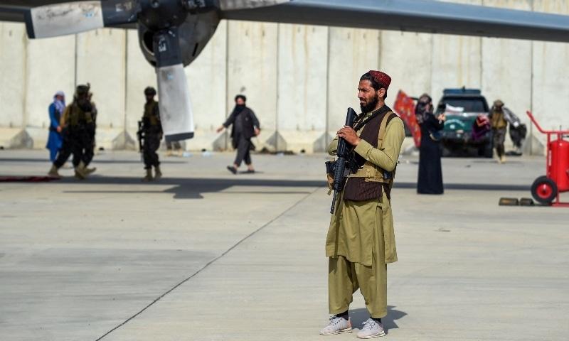 काबुल के हामिद करजई इंटरनेशनल एयरपोर्ट पर अब तालिबान का कब्जा है। उन्होंने अपनी स्पेशल फोर्स बादरी 313 के कमांडो एयरपोर्ट पर तैनात किए हैं।