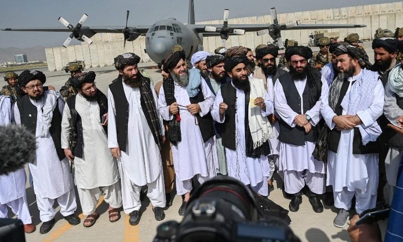 एयरपोर्ट पर प्रेस को संबोधित करते तालिबान के प्रवक्ता जबीउल्लाह मुजाहिद। मुजाहिद ने अमेरिका के अफगानिस्तान से जाने पर खुशी जाहिर की।