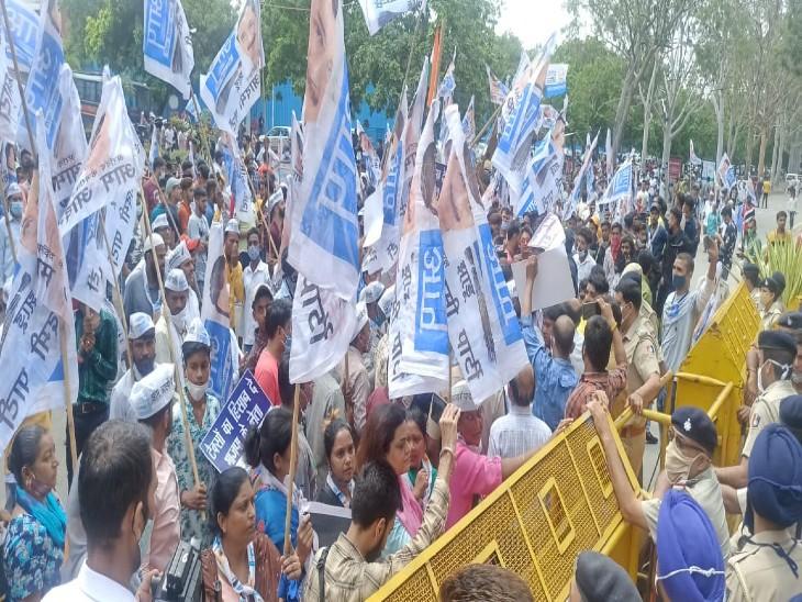 चंडीगढ़ नगर निगम दफ्तर के बाहर हंगामा करते आप कार्यकर्ता।