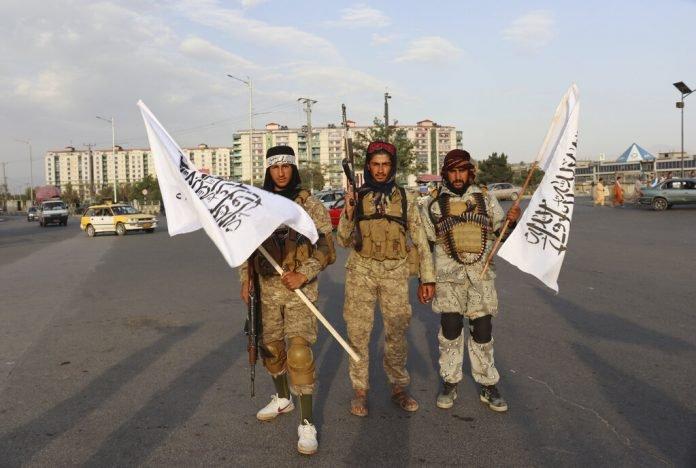 काबुल की सड़कों पर जगह-जगह तालिबान के लड़ाके तैनात हैं। यह लड़ाके शक होने पर किसी की भी गाड़ी रुकवाकर तलाशी लेने लगते हैं।