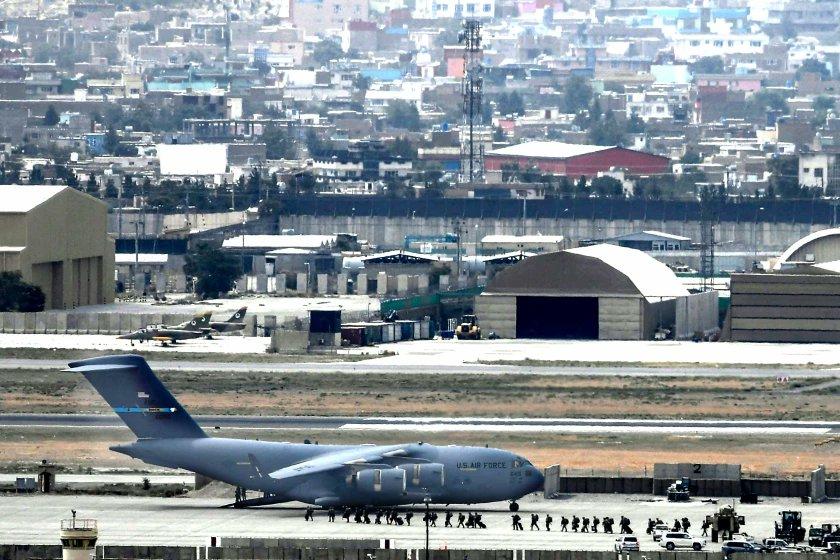 फोटो काबुल एयरपोर्ट छोड़कर जाते अमेरिकी सैनिकों की है। सोमवार रात 12 बजे से पहले अमेरिका के सैनिकों ने एयरपोर्ट छोड़ दिया था।