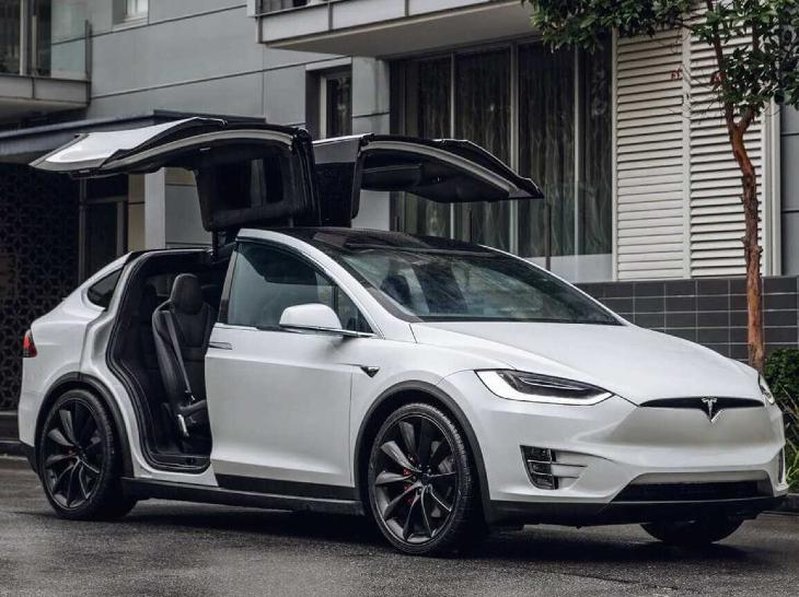 टेस्ला की मॉडल Y कार। सात सीट वाली इस कार की कीमत अमेरिका में 54,000 डॉलर है। फुल चार्ज होने पर यह 326 किलोमीटर तक चल सकती है।