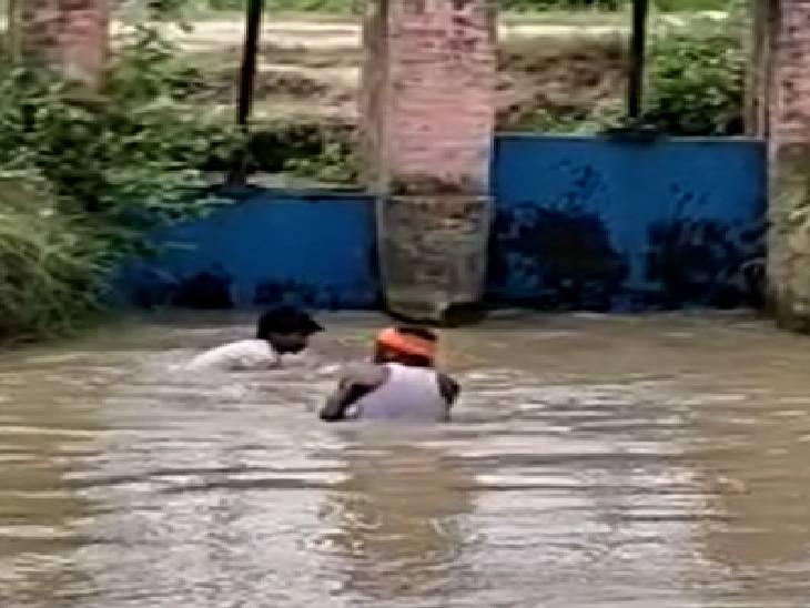 बजट पास होने के बाद भी लापरवाह रहे अधिकारी, खेतों को बचाने के लिए खुद सफाई करने को मजबूर हुए किसान, डीएम ने दिए जांच के आदेश उन्नाव,Unnao - Dainik Bhaskar