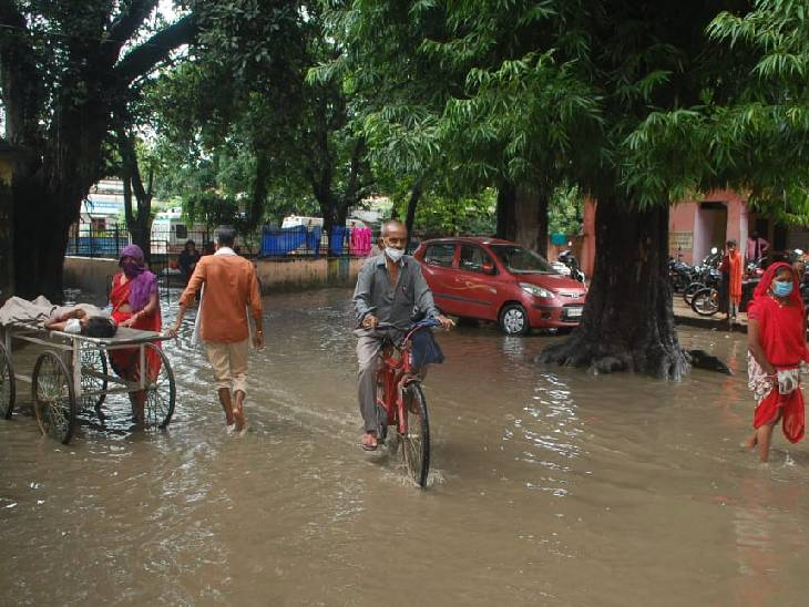लखीमपुर खीरी के जिला अस्पताल गेट पर चार महीनों से भरा है गंदा पानी, मरीज और तीमारदार परेशान; अफसर कर रहे अनदेखी|लखीमपुर-खीरी,Lakhimpur-Kheri - Dainik Bhaskar