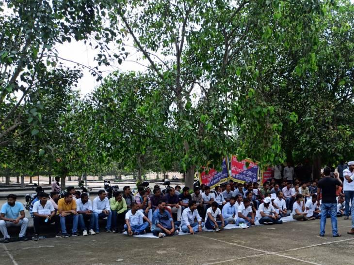 14 महीने से ज्वाइनिंग का इंतजार कर रहे 2400 से ज्यादा अभ्यर्थी, इको गॉर्डन में झाड़ू लगाकर विरोध जताया|लखनऊ,Lucknow - Dainik Bhaskar