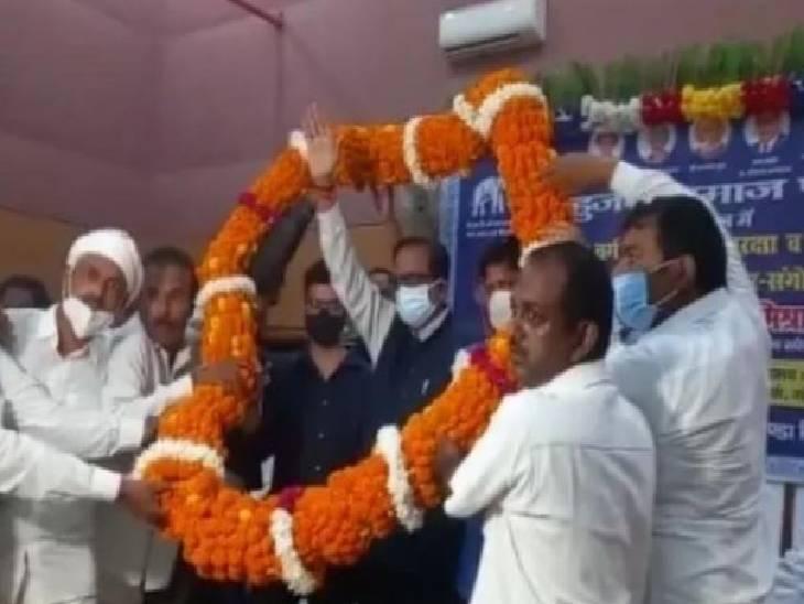 गोंडा में बसपा के प्रबुद्ध वर्ग सम्मेलन में पहुंचे राष्ट्रीय महासचिव सतीश चन्द्र मिश्रा। - Dainik Bhaskar