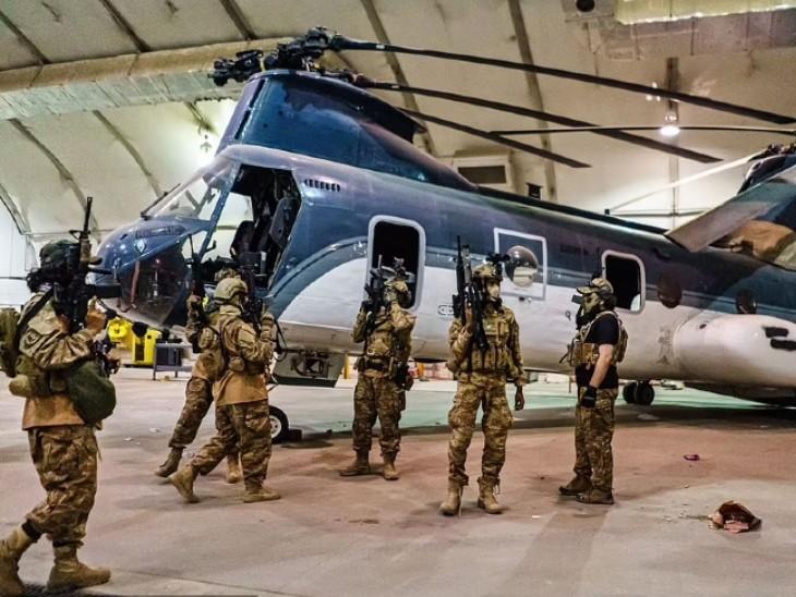 काबुल एयरपोर्ट पर अटैक हेलीकॉप्टर के सामने फायरिंग करते तालिबानी। अमेरिकी सैनिक इन एयरक्राफ्ट्स को डिसेबल्ड करके गए हैं।